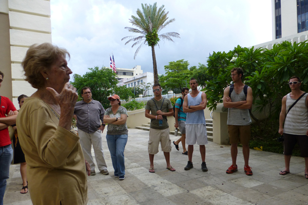 Vilma Perez Blanco talks with a group of studentsimage: Olga Angueira