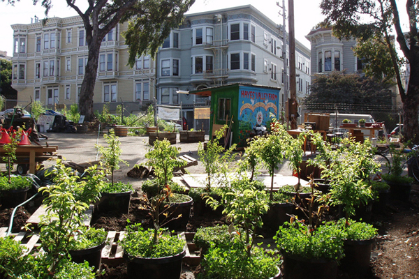 A fairly unkempt, and presumably undesigned, urban garden in San Francisco image: Zoey Kroll via Wikimedia Commons